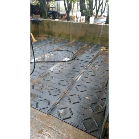 Piso Boiadeiro borracha Gradeado preto 83cm larg x 2,84mts comp x 22mm esp